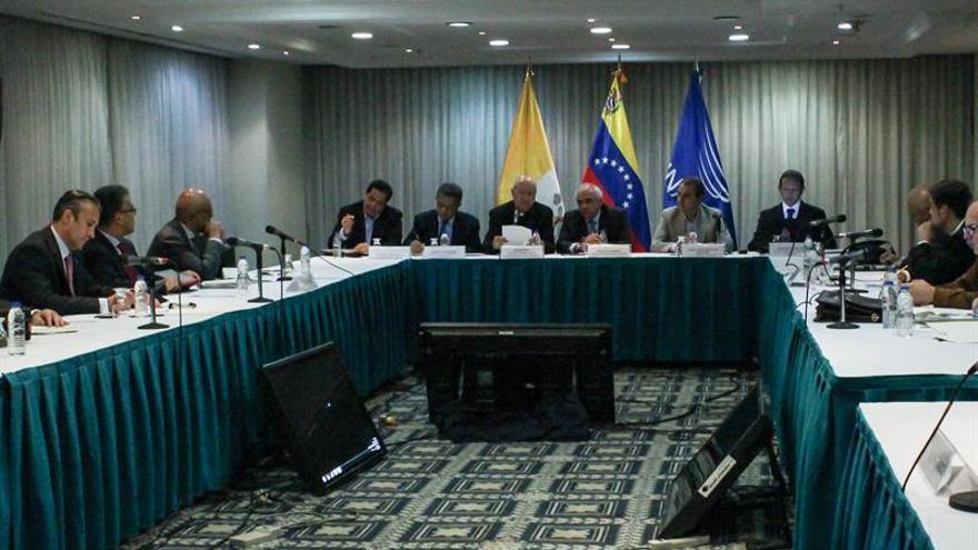 El Gobierno y la oposición venezolana reanudan las conversaciones en las mesas de diálogo