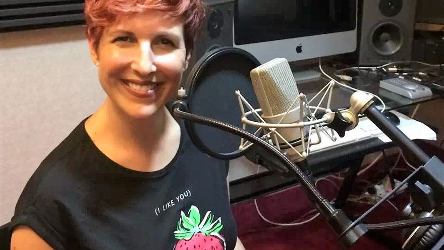 Iratxe, en un estudio de grabación registrando la voz que la ha hecho famosa.