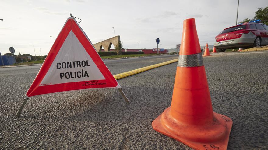 Archivo - Carretera de entrada a la localidad de Peralta controlada por la policía foral, en Navarra (España) a 24 de septiembre de 2020