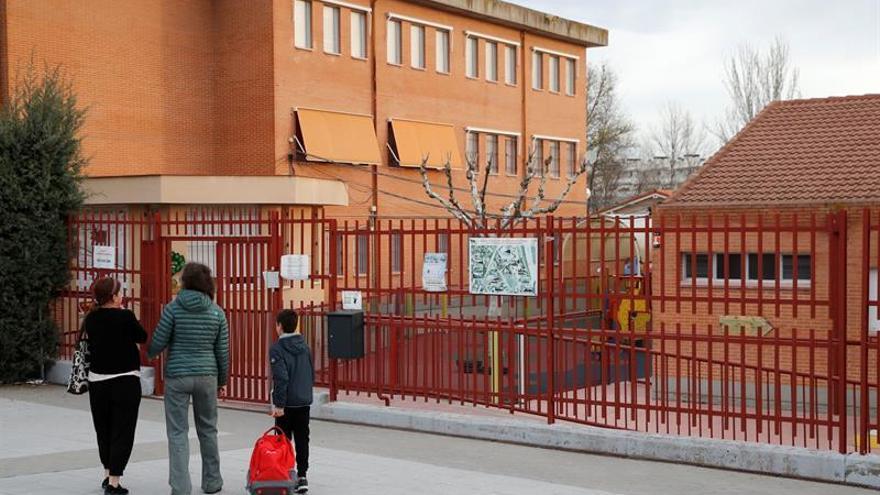 Madrid extiende comida a domicilio a niños vulnerables por cierre en infantil