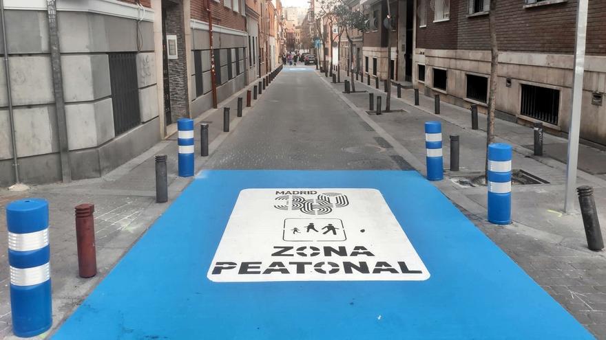 El Ayuntamiento pinta la única peatonalización de Tetuán: 180 metros de la calle Tenerife