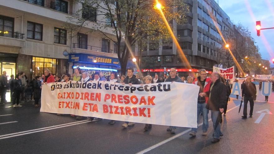 """Miles de personas piden libertad de los presos de ETA enfermos y denuncian la política penitenciaria """"criminal"""""""