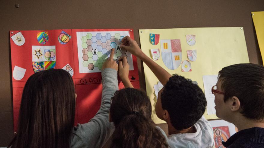 El grupo de los Gladiadores apunta su premio en el panel de juego de esta clase del instituto Barres i Ones de Badalona. / SANDRA LÁZARO