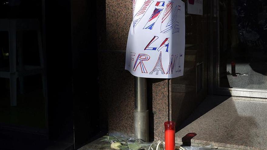 Ciudadanos de Santander guardan un minuto de silencio en repulsa por los atentados