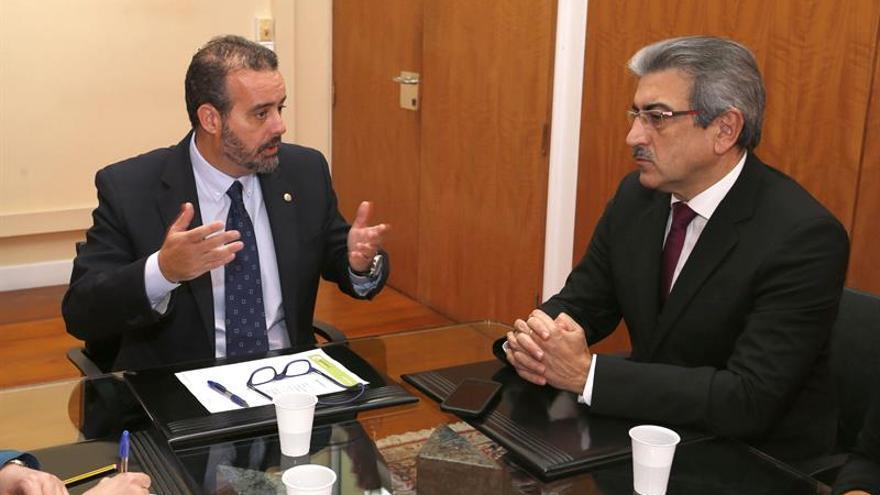 El presidente de Nueva Canarias, Román Rodríguez (d), conversa hoy con el rector de la Universidad de Las Palmas de Gran Canaria, Rafael Robaina.
