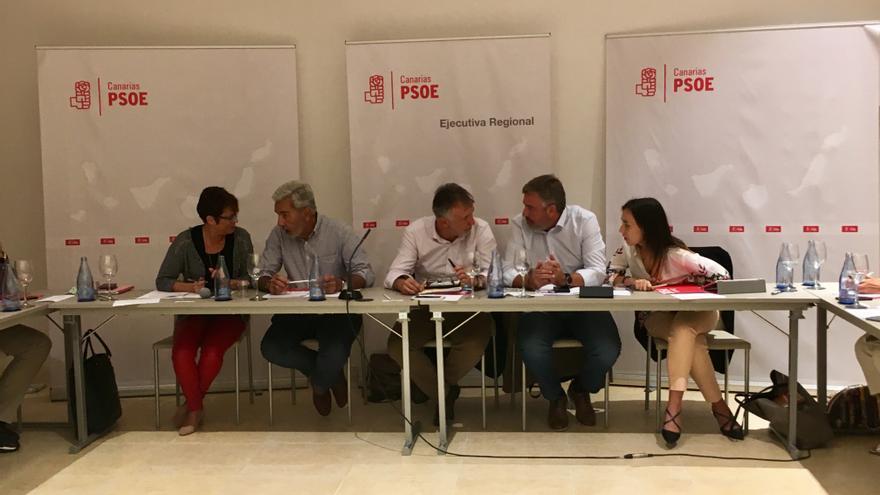 Ángel Víctor Torres en una reunión con miembros de su Ejecutiva regional