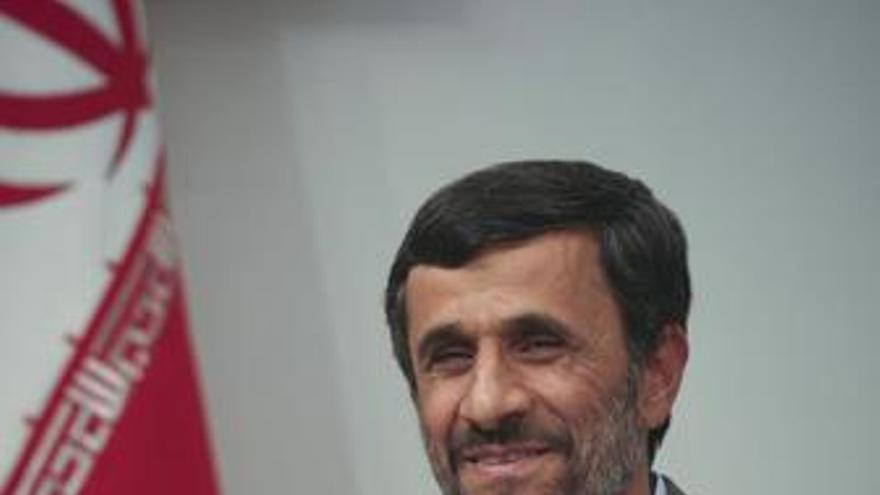 """Ahmadineyad dice que las nuevas sanciones deberían tirarse """"a la papelera como un pañuelo usado"""""""
