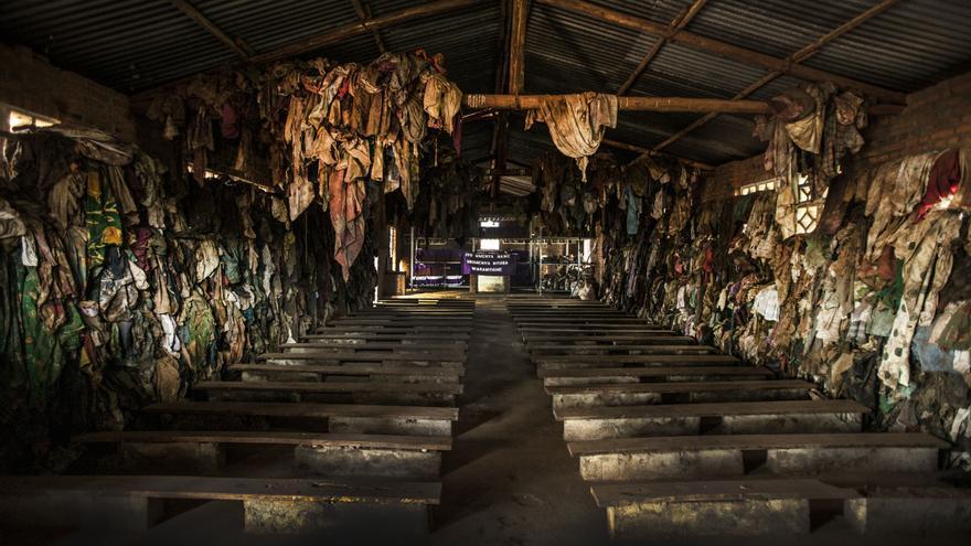 El memorial del genocidio de Ntarama se encuentra a unos 30 kilómetros al sur de la ciudad de Kigali. Esta iglesia y sus pertenencias son un recordatorio de la violencia horrible que tuvo lugar el 11 de abril de 1994. Fotografía: Juan Carlos Tomasi /MSF
