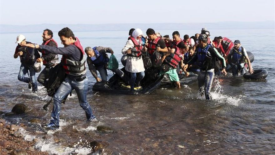 La guardia costera griega rescata a 46 refugiados en un bote cerca de la isla de Samos