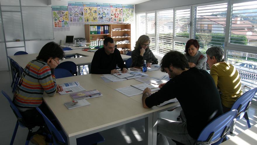 Tutores y coordinadores del Instituto Zaraobe de Amurrio involucrados en la nueva metodología durante una sesión de preparación.