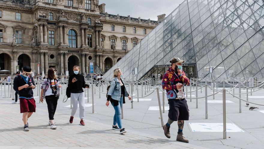 Visitantes en el museo del Louvre el día de su reapertura, el 6 de julio, tras meses de cierre.
