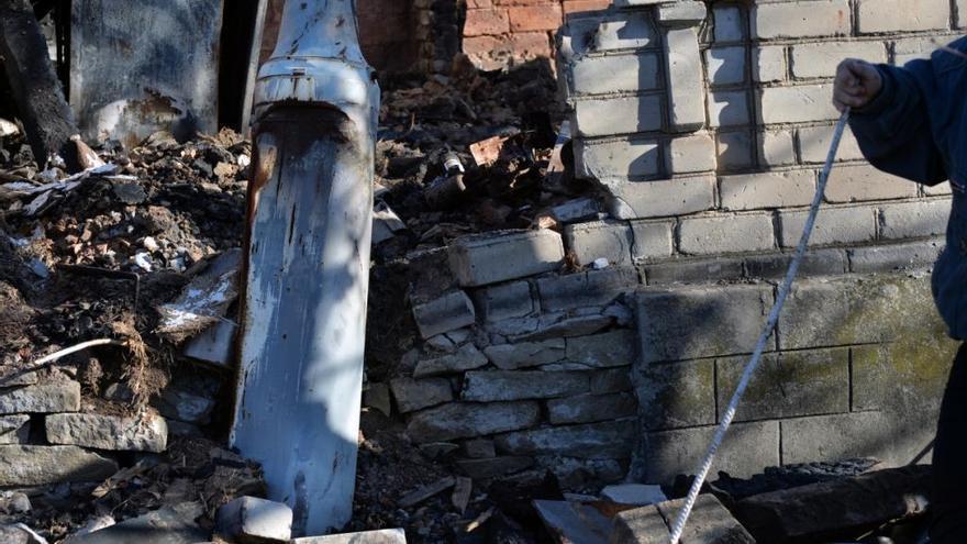"""""""Una de nuestras vecinas falleció en el bombardeo """", dice Galina. """"Su propia hija fue testigo de su muerte cuando el proyectil alcanzó su vivienda. Justo en la vivienda vecina a la nuestra cayeron cinco proyectiles en su patio. En los patios quedan todavía bombas sin explotar. El ejército dice que no vendrán a  desactivarlas hasta que la guerra haya terminado"""". Fotografía: Julie Rémy / MSF"""