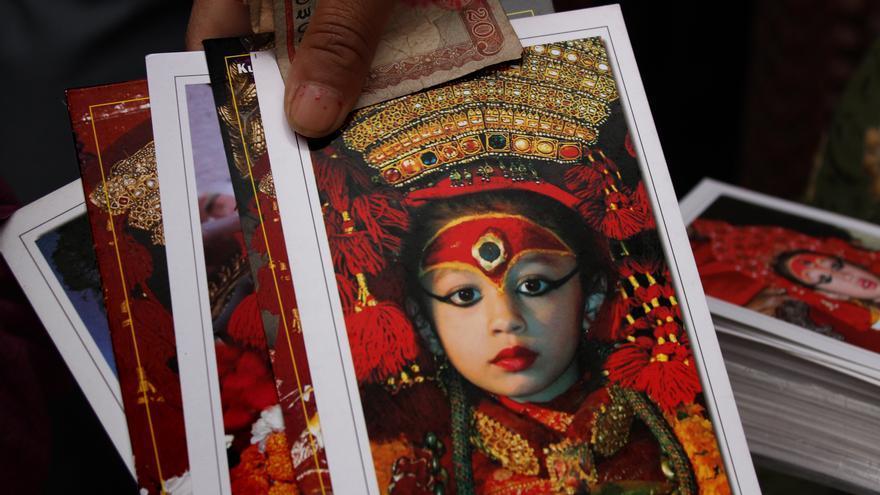Postales de la Kumari de Katmandú a la salida de su templo. La tradición no permite fotografiar a la niña salvo en época de festivales./ Fotografía: A. T.