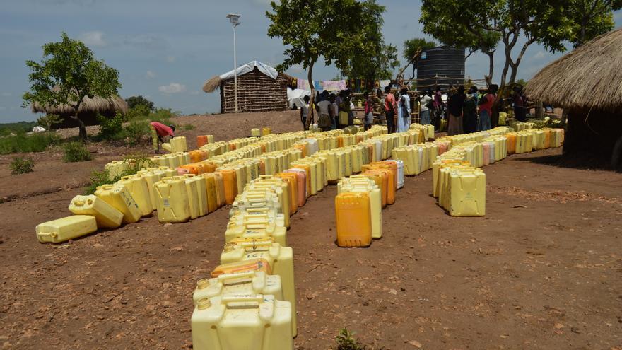 """""""Satisfacer las necesidades de agua de los refugiados del sur de Sudán en el norte de Uganda es, y seguirá siendo, un desafío enorme"""", dice Matt Arnold, asesor de agua y saneamiento de MSF. """"Costosas tuberías podrían ser la única solución viable. No debemos subestimar la escala de lo que se necesita lograr por parte de los involucrados en estos proyectos. Si se piensa que el agua subterránea es una solución a la cuestión del suministro, la agencia coordinadora debe invertir fuertemente en un apoyo profesional adecuadamente calificado, como los hidrogeólogos, para asegurar que se implementen sistemas sostenibles, bien diseñados y monitoreados """". Fotografía: Yuna Cho/MSF"""