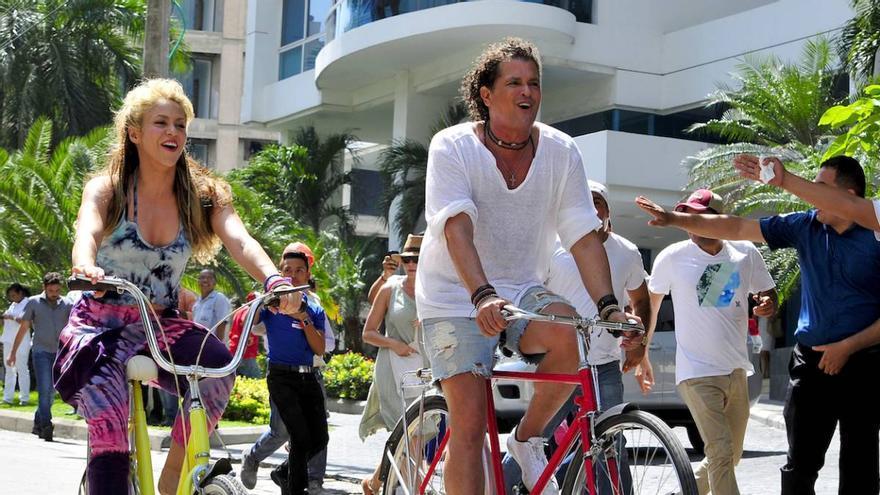 Shakira y Carlos Vives en el videoclip de 'La Bicicleta'