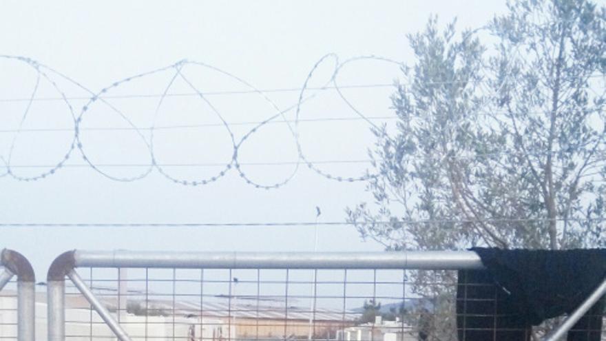 Varios refugiados y migrantes en el centro de detención de Quíos. | Benjamin Julian.