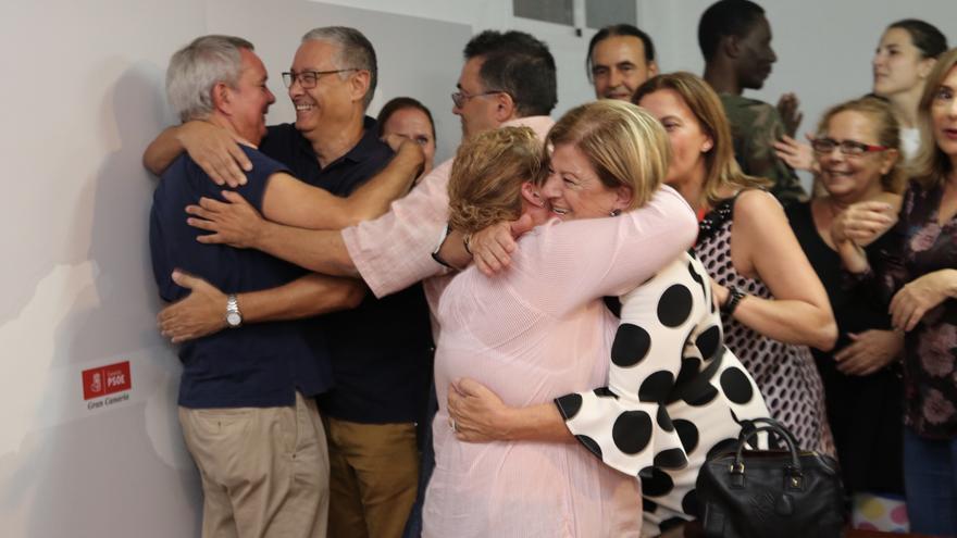 Sebastián Franquis siendo felicitado por sus compañeros tras ser elegido secretario general del PSOE de Gran Canaria