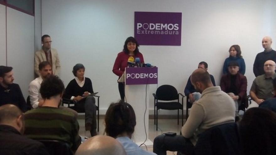 Carmen Ibarlucea, de Equo, interviene en la rueda de prensa como candidata de Podemos al Congreso por Badajoz
