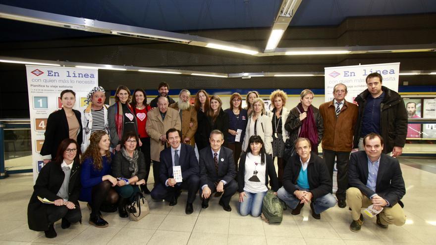 El consejero Pablo Cavero junto a los representantes de las 12 ONG participantes en #tuviajesolidario./ Metro de Madrid.