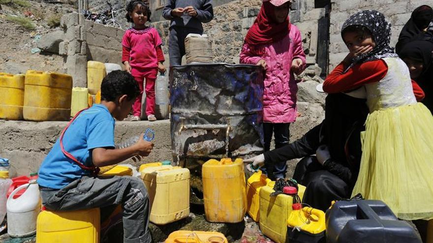 Niños yemeníes recogen agua donada en Saná, Yemen, el 14 de marzo de 2017.