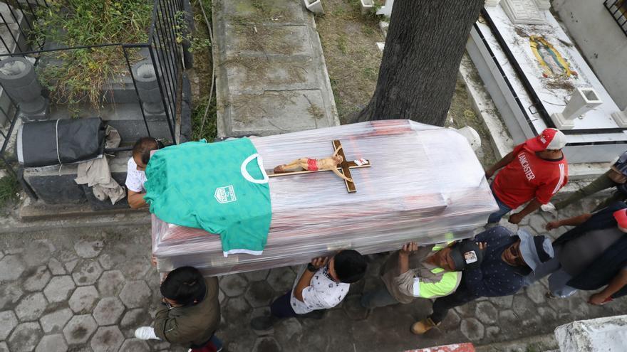 América se resiste a que le quiten rituales fúnebres mientras la COVID aumenta