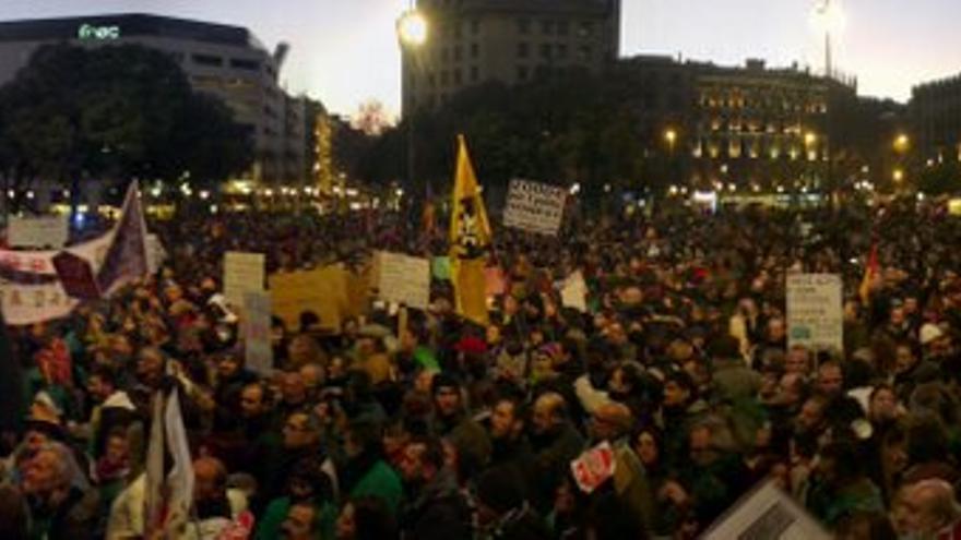 Confluència de les diferents columnes de la manifestació a la Plaça Catalunya / @Nitsuga000