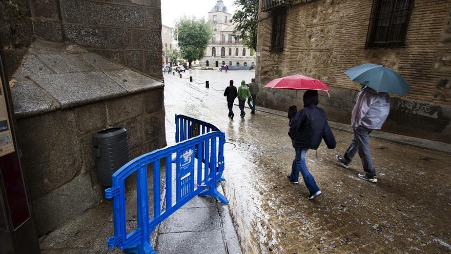 Cae una piedra de la Catedral de Toledo por la lluvia y roza a una turista