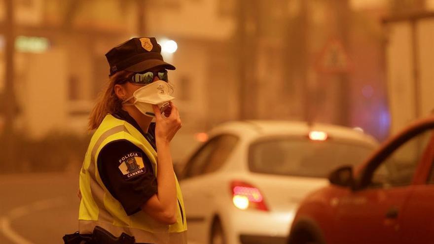 Un agente de policía dirige el tráfico en el municipio del Norte de Tenerife de Santa Úrsula a donde se han producido varios conatos de incendio