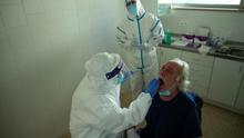 Las pruebas PCR de detección de la COVID-19 bajan un 27% de media en toda España, con grandes diferencias por CCAA