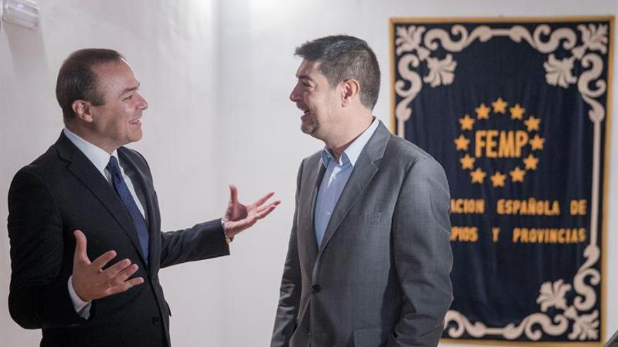 El alcalde de Las Palmas de Gran Canaria, Augusto Hidalgo (i), durante la reunión que ha mantenido con el secretario general de la Federación Española de Municipios y Provincias, Juan Ávila Francés (d)