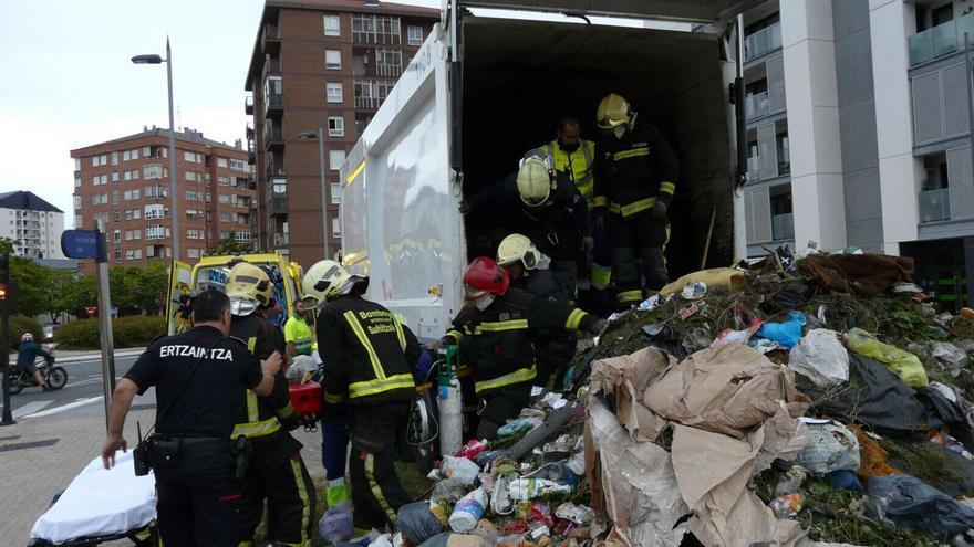 Camión de basura del que se ha rescatado al hombre