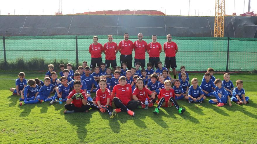 Niños y técnicos de la escuela en su sede de la Ciudad Deportiva Tenerife Javier Pérez.