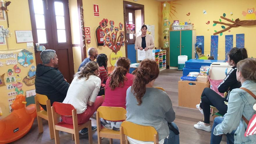 Reunión con las madres y padres de los usuarios de la escuela.