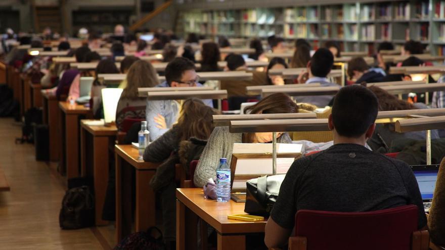 Opositores estudiando en una biblioteca pública. | EUROPA PRESS