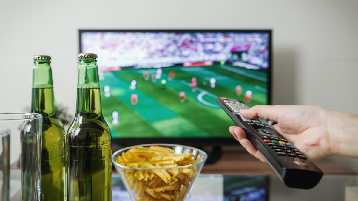 Una persona viendo un partido de fútbol.