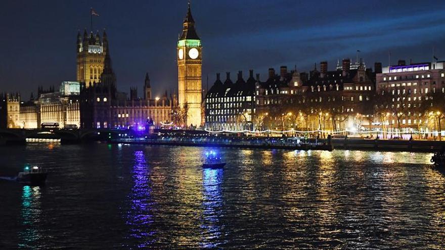 Salen los diputados y los visitantes retenidos en Westminster tras el ataque