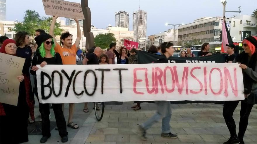 Cientos de israelíes protestan contra la celebración del Festival de Eurovisión y pidieron el fin de la ocupación de los territorios palestinos, el pasado martes en Tel Aviv. EFE/Pablo Duer