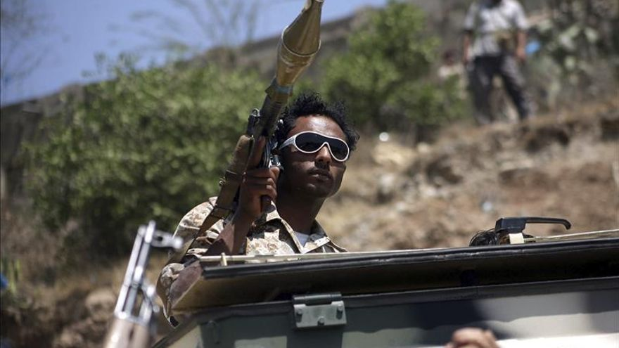 Los rebeldes yemeníes lanzan un misil contra una refinería en Arabia Saudí