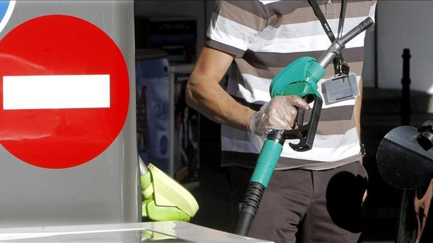 El precio de los carburantes marca el mínimo anual y cae a niveles de 2011