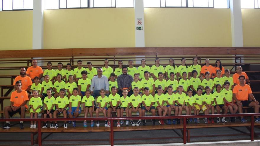 El alcalde de Santa Cruz de La Palma, Sergio Matos, y el concejal de Deportes, Raico Arrocha, con los participantes en el primer Campus de Verano del Club Baloncesto Dominicas.