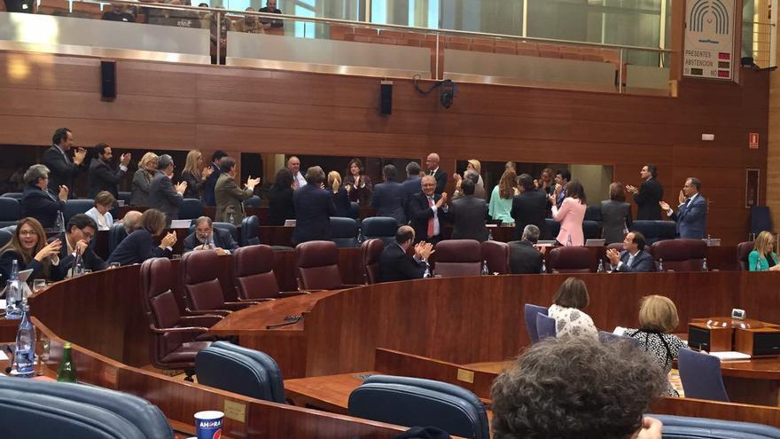 Ovación a José Cabrera, diputado del PP en la Asamblea de Madrid dimitido por no querer entregar la declaración de bienes.