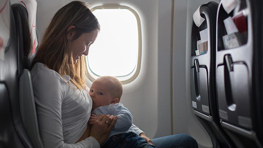 Bebé con su madre viajando en avión