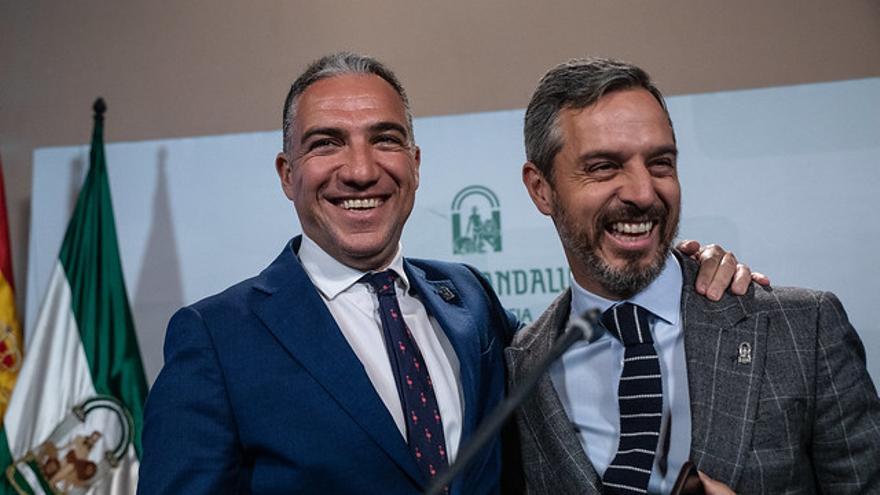El consejero de Presidencia, Elías Bendodo, abraza al titular de Hacienda, Juan Bravo.