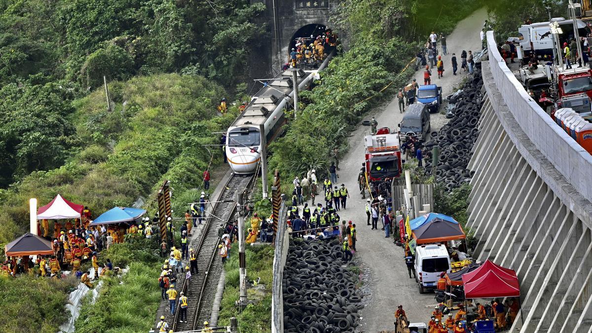 Al menos 48 muertos y 60 heridos tras descarrilar un tren en Taiwan.