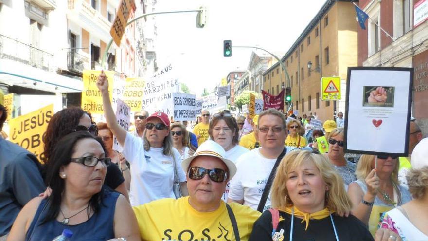 Isabel Agüera, a la izquierda de la imagen, durante una manifestación en Madrid en junio del año pasado