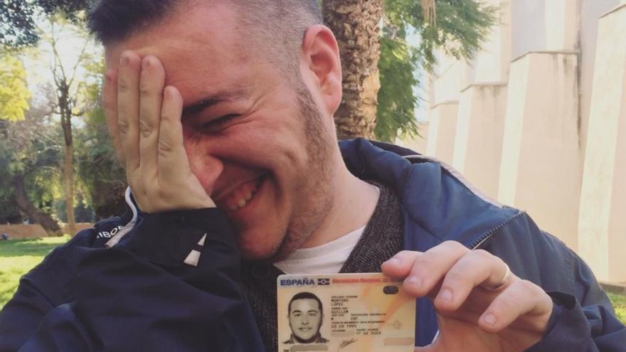 Guillem Montoro sostiene su DNI en una fotografía compartida en su cuenta de Twitter
