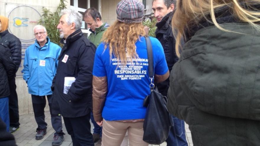 Ainhoa, de espaldas y con camiseta azul, aguarda con inquietud una solución.