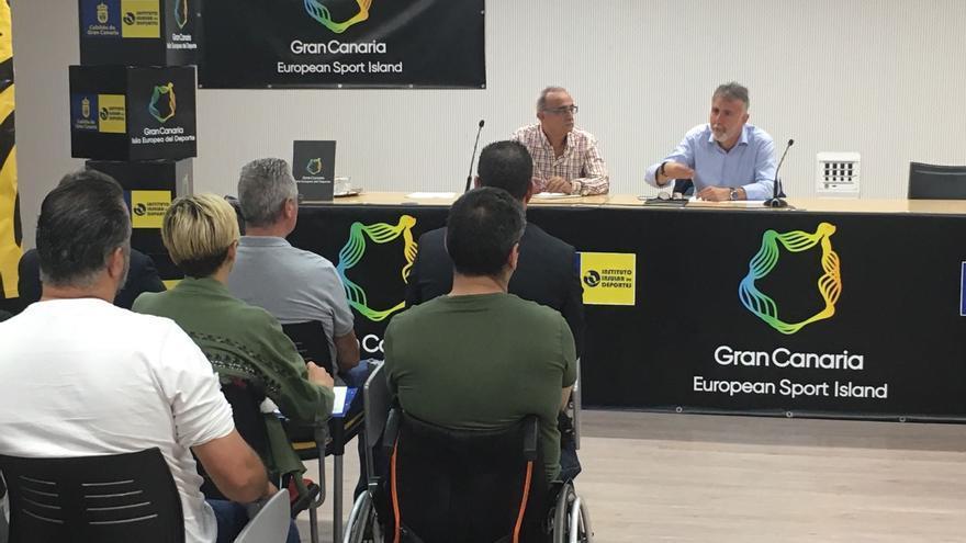El consejero de Deportes del  Cabildo de Gran Canaria, Ángel Víctor Torres, y el coordinador del proyecto JuegosDVida, Juan Manuel Betancor.