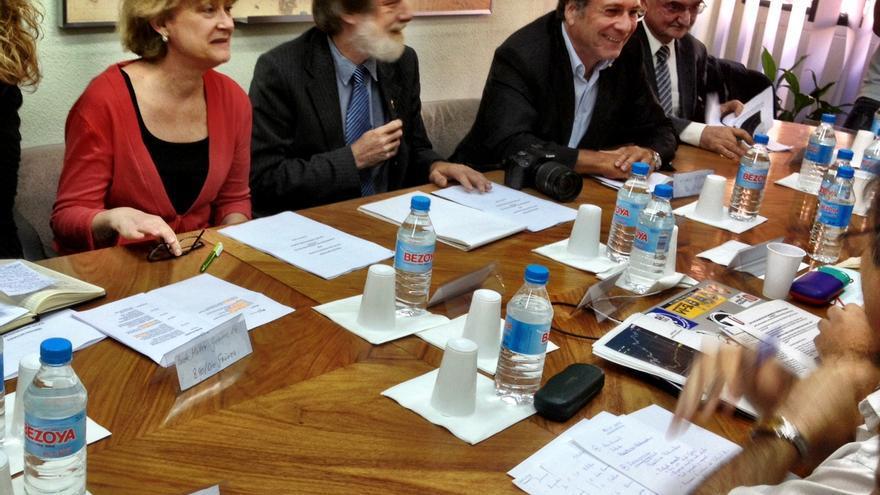 Parlamentarios alemanes frente a colectivos del 15M como la Plataforma de Afectados por la Hipoteca (PAH) (cc Juan Luis Sánchez)