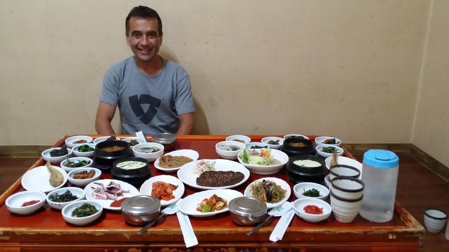 José Ángel posa en Corea del Sur junto a un surtido de platos.
